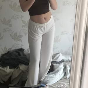 Skitsnygga vita, lågmidjade byxor från Lady Lol Paris! Säljer då jag har ett par liknande 💕 står inte storlek men gissar på S/M. Jätteskönt tyg