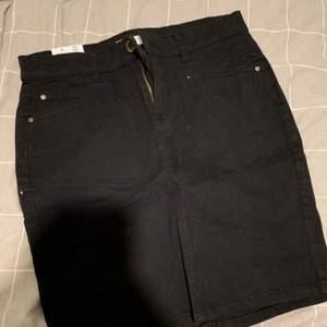 Svart jeans kjol från Cubus. Helt ny, passar dig som har storlek S också.