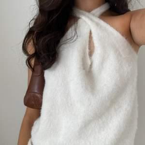 Vit fluffig korsad tröja som passar till allt, kjol och jeans! Använd några få gånger så i mycket bra skick!