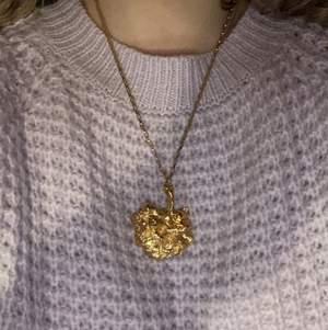 Ett fint guldigt halsband med ett stort hänge. Det följer även med ett likadant hänge fast i en mindre storlek om man så vill ha de🤍🤩 För mer info eller bilder dm gärna mig🍓🤍🤩👼🏼