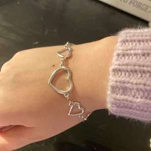Säljer detta gulliga armband med hjärtan på🤍🤍 Tyvärr kom det inte till användning. Har näst intill aldrig använt den🤩 För mer info eller bilder dm gärna mig💗