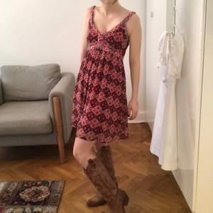 Ultra somrig Hollister klänning som är så fin att para med sneakers eller stövlar<3 Röd och gulligt mönster! Kan mötas upp vid st Erik, eller skicka. Köparen står för frakten🌺