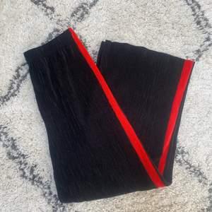 """Fina """"kostymbyxor"""" likande byxor från GinaTricot. Kommentera för frågor och skriv för fler bilder💕 Pris går alltid att diskutera men frakten ingår ej!🦋"""