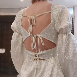 En vit klänning med såååå fina detaljer. Passar perfekt till studenten eller liknande. Så drömmig men tycker inte jag passar i den riktigt