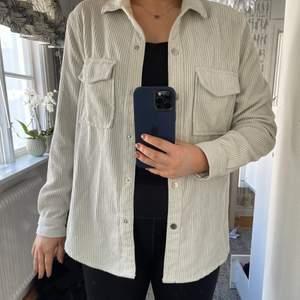 Super fin krämvit Manchester skjorta från Gina Tricot. Använt som en over shit, mycket snyggt! Storlek S, pris 200:-