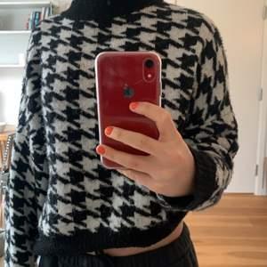 Säljer denna sköna och varma tröjan från hm i storlek M. Den är snygg, i bra skick ock funkar till nästan allt. Säljer för 120kr+frakt, hör av er vid intresse💖