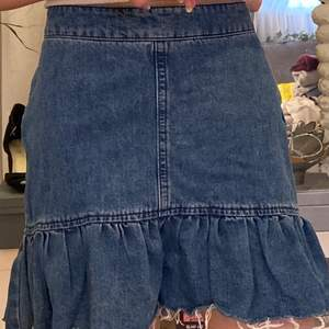 Jag säljer denna skit snygga jeans kjolen från Gina Tricot i stl 36.