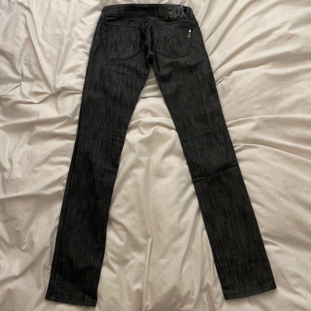Lågmidjade straightleg Y2K jeans med najs tryck där bak! Säljer åt en vän. Tänk på att de är lowwaisted så mät under naveln/runt höfterna vid midjemåttet!                                                           Midjemått: 75cm runt om                                                              Innerbensmått: 84cm                                                                   Yttrebensmått: 105cm. Jeans & Byxor.