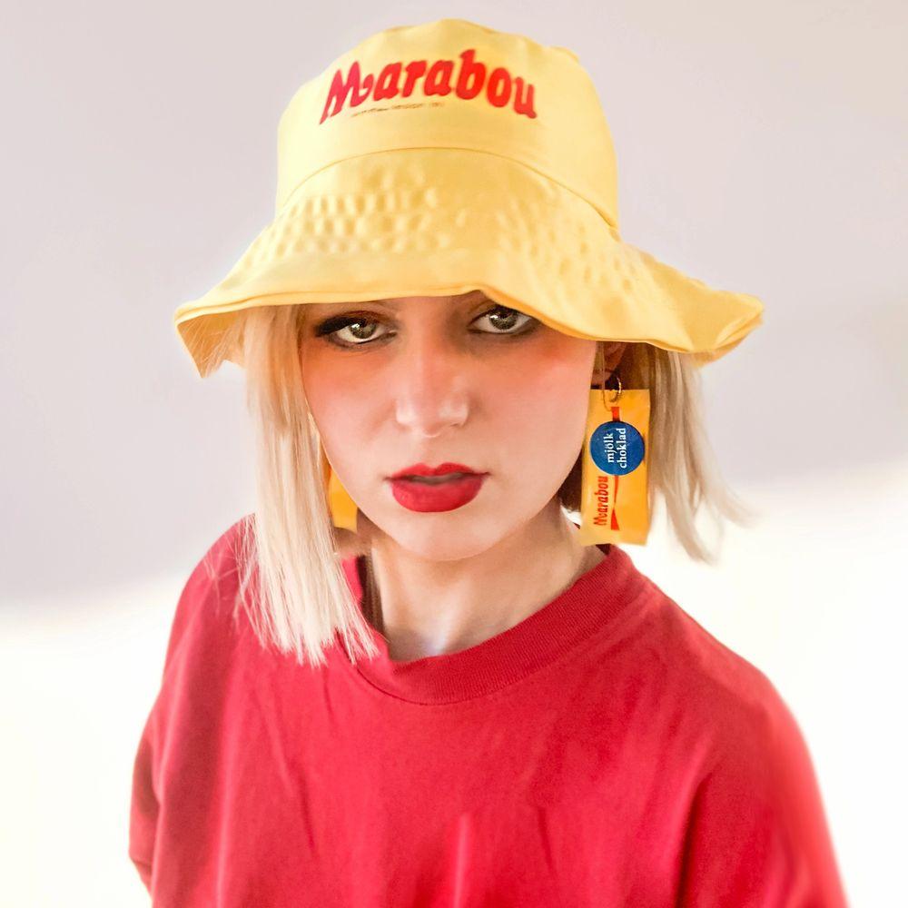 Marabou bucket hat - gul och röd - satin - storlek 57cm max . Accessoarer.
