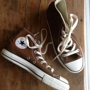 (Första bilden är lånad) säljer nu mina bruna converse då jag hellre vill ha en annan färg!! Storleken är 37.5 men passar både större och mindre❤️ buda!! SÄLJS DIREKT FÖR 700