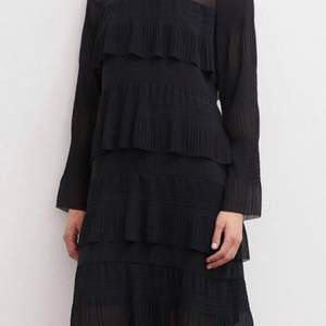 Ny klänning med prislapp tags kvar  storlek 40 . Märke Malene Birger.  Rymlig model hel underbar   Hämtas kan frakta Rek