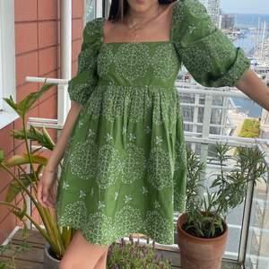 """Grön """"babydoll"""" stil klänning med broderi. Använt 1 gång"""