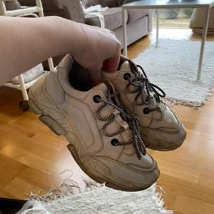 Skor i strl 37 🖤  De går att tvätta men är ganska slitna, små hål baktill innanför skon