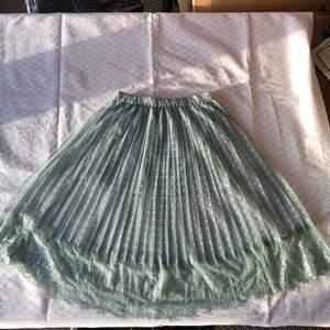 Söt och fräsch dimm grön lång kjol! Det är en underkjol som är ca: 32cm lång. Midja i resår ca: 62cm. Överkjol med spets ca: 63cm! Sparsamt använd så väldigt fint skick! Checka gärna in mina andra försäljningar. Frågor? Bilder? Skicka så fixar jag☺️
