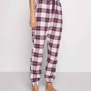 Säljer nu ett par röda och rosa söta rutiga pyjamasbyxor från hunkamöller💛 Fint skick men har klippt av de längst ner då de var för långa för mig så passar nog en något kortare person✨ Storlek M men passar mindre storlekar om man antingen syr in dom eller så💛 Köparen betalar frakt✨
