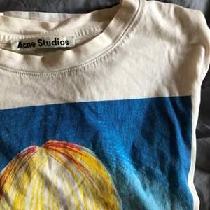 Skitcool tshirt från Acne Studios i fint skick! Kolla gärna in mina andra annonser 💖