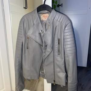 """Säljer min """"Moto Jacket"""" som är köpt på Chiquelle. ÄLSKAR den gråa färgen men tyvärr har den aldrig blivit använd. 🤍 Jackan är i strl 42 & jag uppfattar den som något mindre i passformen. Supersnygga detaljer på hela jackan. (sista bilden är från chiquelles hemsida)"""