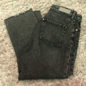 Ett par jeans jag köpte här på Plick, de är raka i benen och i storlek 28! De är i bra skick så säljer de för 75 kr + frakt!