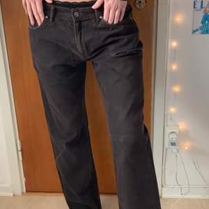Lågmidjde bruna jeans från Oscar Jacobsson i strl 34/32, för referens är modellen en XS/S & 174 cm!