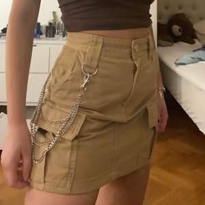 Asball kjol från berskha med avtagbar kedja vid sidan. Säljs pga inte min stil längre.