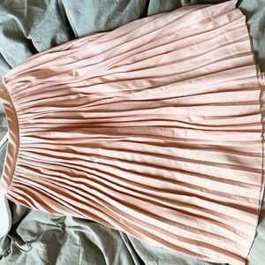 Plisserad kjol från Nakd, använd en gång till bilden i annonsen i somras. Väldigt fint skick🌸