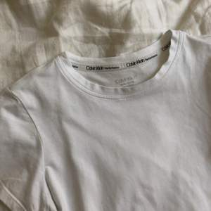 Basic vit T-shirt från Calvin Klein! Hör av er vid frågor:)