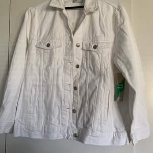 Oversize vit jeansjacka som är helt oanvänd (lapparna finns kvar) hann inte skicka tillbaka och kom inte till användning. Jättefin till sommaren! Nypris 499kr