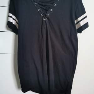 Knappt använd t-shirt. Snörning vid bröstet och i fint skick. Hör av er vid intresse 🌸