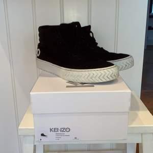 Säljer dessa KENZO skate sneakers då jag inte anväänder dom. Skorna är inte i ett 10/10  skick och säljer dom då för 750kr. Ny pris: 2400kr. Pris kan diskuteras. Skriv privat om ni vill ha fler bilder.