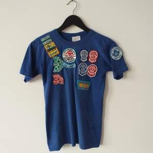 Jättefin kanadensisk vintage t-shirt från 90talet. En ungdoms bowlingtröja med påsydda dekaler, så gullig! Jag kan få på mig den och jag har M/L men passar nog bättre på en S