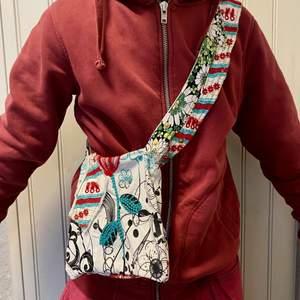 Jag gör alla sorts väskor! Har en annan version av en väska som jag har gjort på min profil! För mer besök @isabelsdesign.s på Instagram! Om du är intresserad av att köpa en väska skriv gärna så kan vi prata om det! ❤️