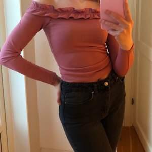 Säljer denna off shoulder topp i en superfin rosa färg från gina tricot💓 Aldrig använd med prislapp kvar!