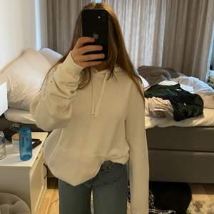 så mjuk och tjock vit oversized hoodie! säljer dö den inte kommer till användning! köparen står för frakt