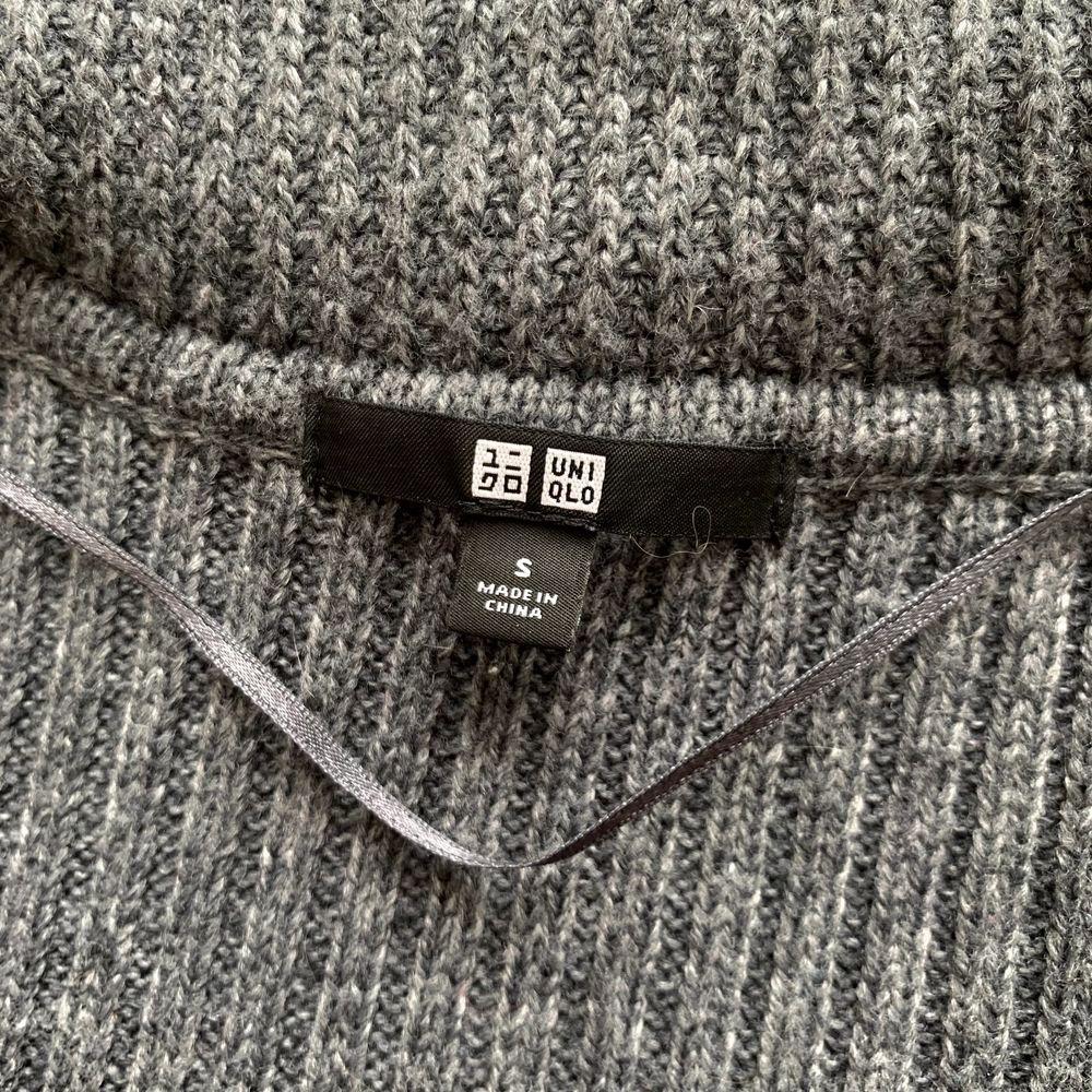 Mysig, något längre, mörkgrå stickad kofta med luva och fickor från uniqlo. Lite nopprig på vissa ställen.. Stickat.