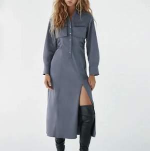En oanvänd gråblå långklänning med slits från Zara i storlek S, nypris 599. Kan mötas upp i Stockholm eller skicka mot extra kostnad. Säljer fler plagg kolla in dem!