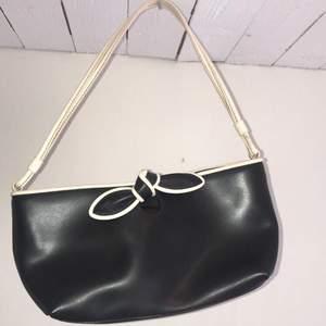 Skit snygg äkta furla handväska i trendig y2k stil. Köpt för flera flera år sedan och furla handväskorna är gjorda i Italien och brukar kosta mellan 1000-3500, hör av er för intresse eller mer bilder och om de är mycket intresse startar jag budgivning☺️