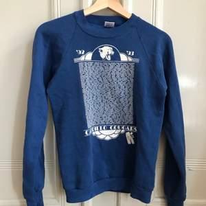Vintage sweatshirt från 90-talet🌼 Mjuk sweater med ett mycket snyggt tryck! Normalt vintage-skick. Kontakta mig vid frågor :)