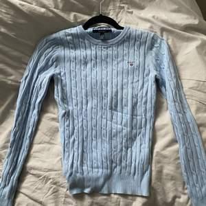 Gant tröja kabelstickad. Använd men i fint och bra skick! Köpt för 1.300kr men säljer 400. Pris kan diskuteras vid seriös och snabb affär. 🎀 storlek xs men passar också s🌸