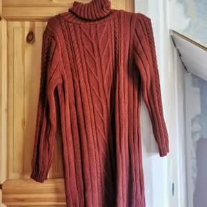 Roströd stickad klänning med krage, går ner till knäna och är lång armad, stl m/l men mer som m