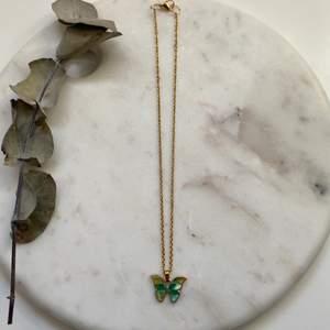 Fantastiskt fint guldigt halsband i rostfritt & nickelfritt stål med en vacker grönmelerad fjärilsberlock 🦋 Nytt & oanvänt! Endast 99kr/styck. Fri frakt! 💌