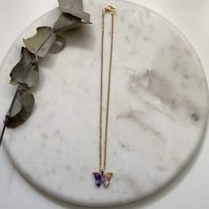 Fantastiskt fint guldigt halsband i rostfritt & nickelfritt stål med en vacker blåmelerad fjärilsberlock 🦋 Nytt & oanvänt! Endast 99kr/styck. Fri frakt! 💌