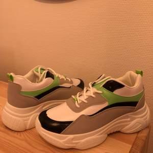 Säljer sneakers som är små i storleken. Det är 38 men mer egentligen som en 36/37. Aldrig använda, nyskick