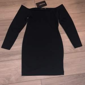 En offshoulder klänning från prettylittlething jätte fin men säljer den på grund av att det är fel storlek😊 KÖPARE STÅR FÖR FRAKTEN