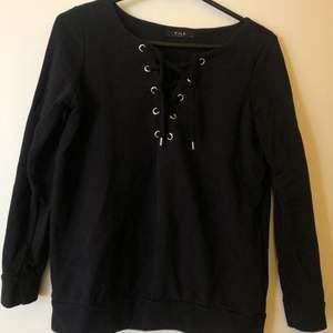 Långärmad tröja med snygg knytning framtill.  Märke: VILA Nyskick, aldrig använd. Storlek: XS Pris: 100kr Frakt: 57kr spårbart  Fler bilder kan skickas vid förfrågan. Köparen står för fraktkostnad.