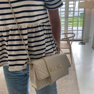 Säljer min beiga love moschino väska pga sönder och ej får användning av den. Väldigt fin ljus beige färg och passar till det mesta. Dust bag ingår. Köptes för 1300kr, säljs för 400kr. Frakten står köparen för. 🤍👜