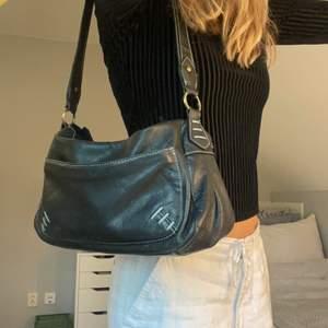 Svart vintage väska. Frakt tillkommer, hör gärna av dig vid frågor! ❤️🔥 BUD: 200kr + frakt