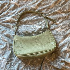 En jättefin sage green shoulder bag från monki! Den är från julas men använd sparsam alltså ingen skador eller smutts! Väskan är superfin och lätt att styla. Vet inte riktigt vad man kan tänka sig att betala men buda i kommentera 💘💘