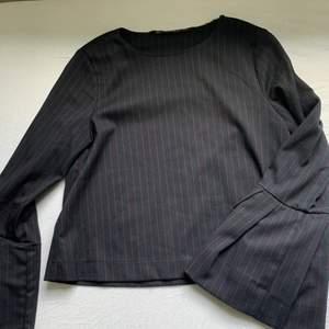 Snygg och edgy blus i marinblått från Zara. Den är kortare i modellen med trumpet armar. Skit snygg och i nyskick . Säljer då den är för liten på mig. 🖤🖤( köparen står för frakt)