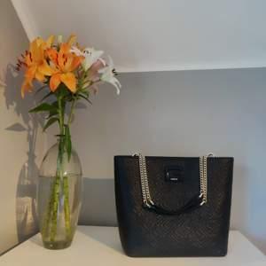 En fin helt ny, oanvänd, Guess väska 💕 Fått den som gåva av min mamma men jag har så många handväskor, därav säljer jag denna! 🌸 Nypris 1099:- • Pris kan diskuteras vid snabb affär 💛