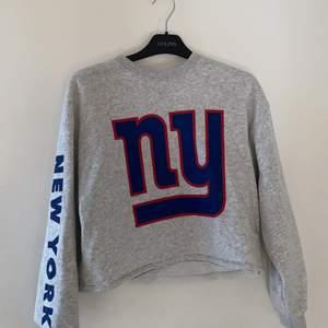 Superskönt sweatshirt som passar till allt. Aldrig använd, säljer pågrund av att den inte används.